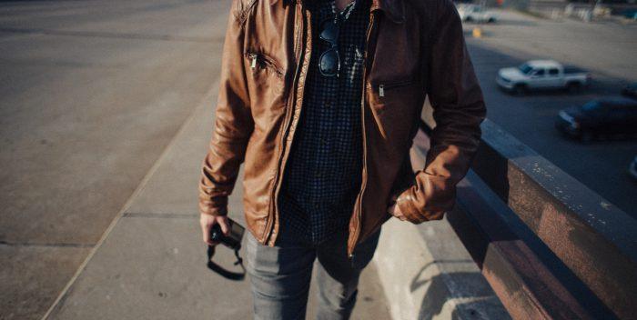 Homme vêtu d'une veste en cuir marron