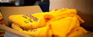 Cartons rempli de t-shirts publicitaires