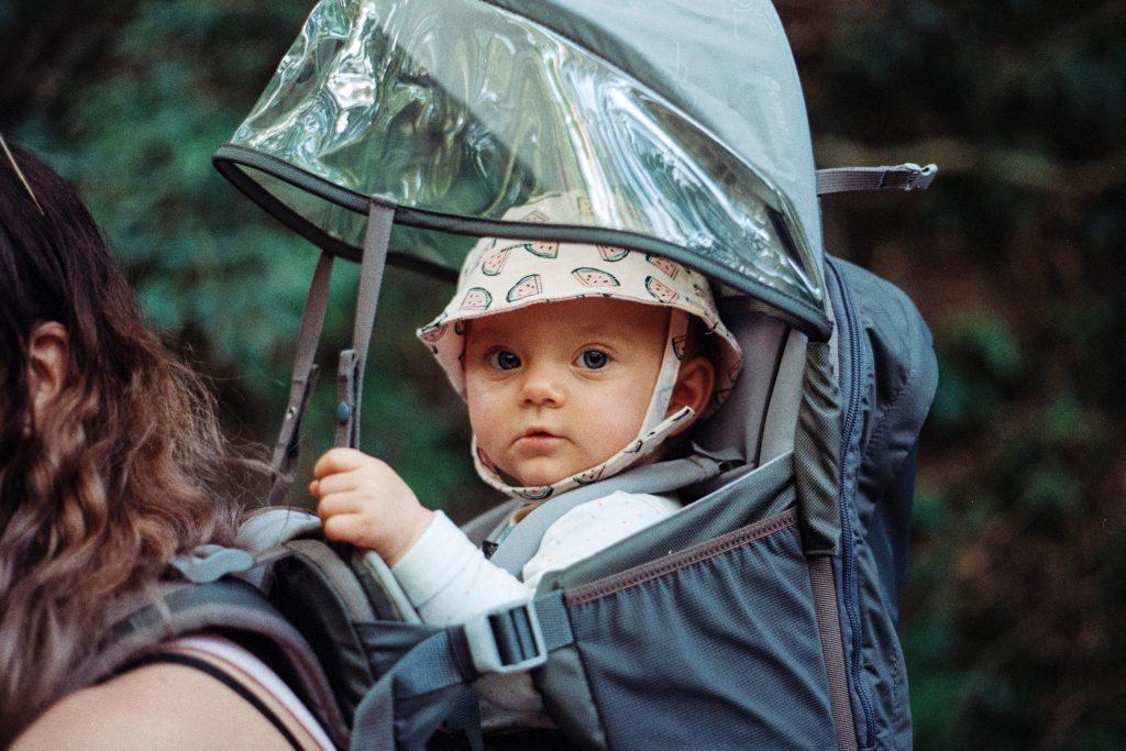 Bébé dans un porte-bébé