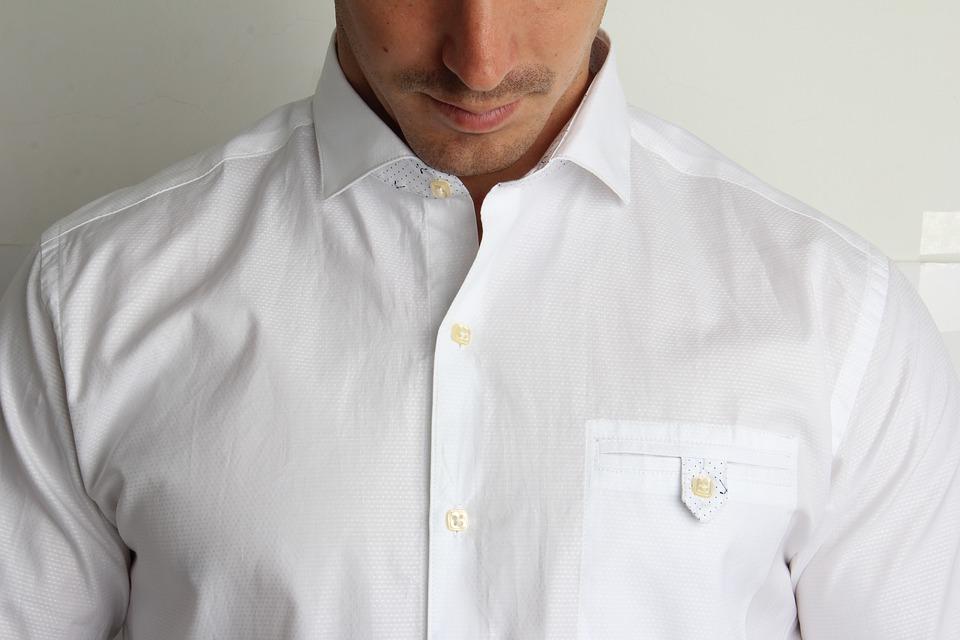 Homme à la tenue formelle avec une chemise blanche