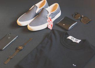 Vêtements et accessoires de modes masculins disposés en flat lay