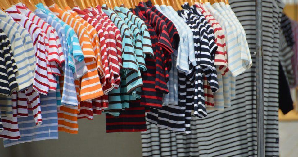 T-shirts marinière pour enfant et pour adulte dans un magasin de vêtements