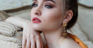 Jeune femme qui porte de jolis bijoux avec sa tenue de soirée