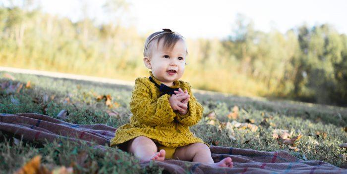 Bébé fille habillée avec de jolis vêtements