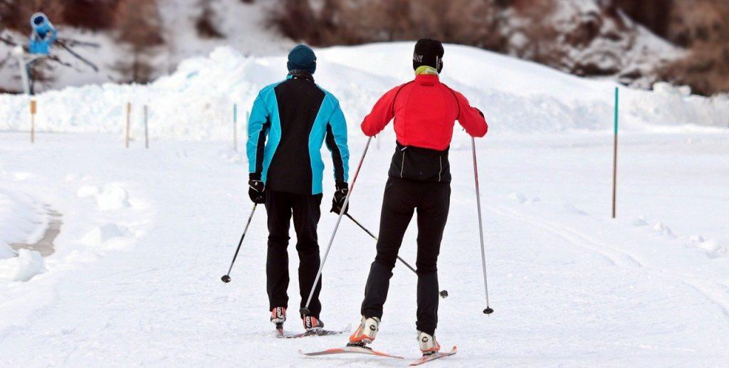 deux personnes qui font du ski de randonnée