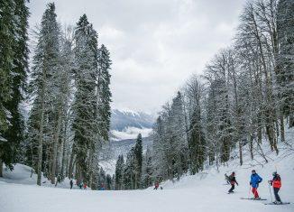 trois skieurs sur une piste de ski